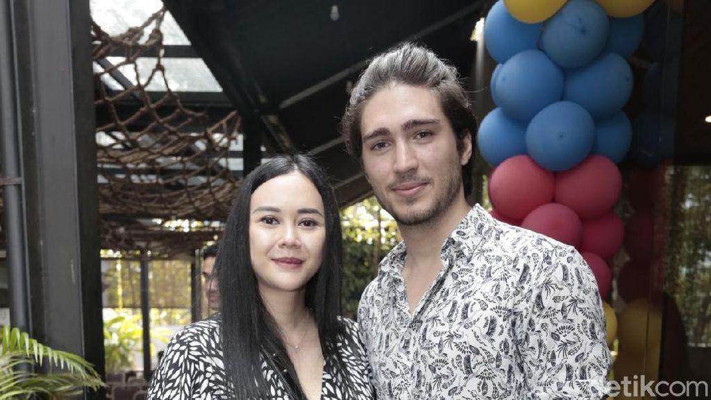 Aura Kasih Jelaskan Alasan Suami Belum Pulang ke Indonesia