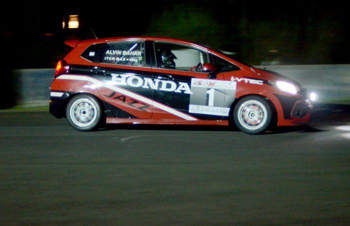 Sejak awal balapan, Alvin yang start dari posisi ketiga dibelakang duet pembalap TTI, Haridarma dan Demas Agil, sama sekali tak gentar. Ia tahu persis mampu merangsek melewati duo TTI itu. Foto: dok. HRI