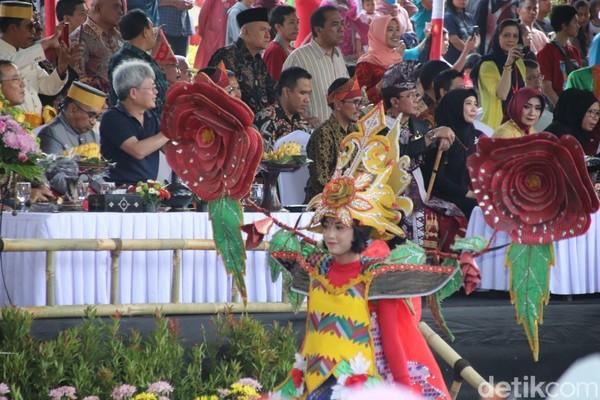 Puluhan delegasi Simposium ke-6 Asia Pasicific Geopark Network (APGN) dari 30 negara di podium, kagum dengan Karnaval heritage. (Harianto Nukman/detikcom)