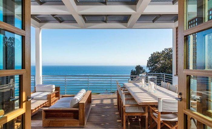 Pemandangan yang disajikan pun spektakuler, menghadap pantai Paradise Cove.