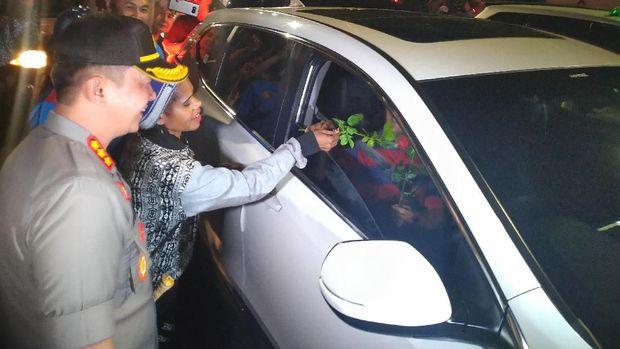 Doa untuk Damai Papua, Polisi-Artis Papua Nyanyi dan Bagi-bagi Bunga