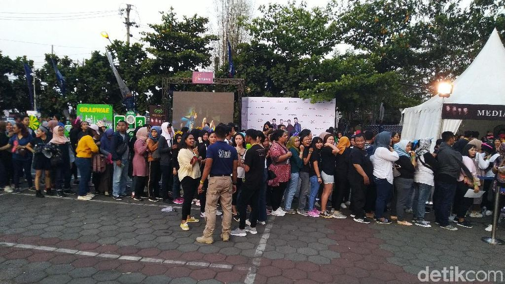 Rela Antre Berjam-jam demi Westlife di Semarang