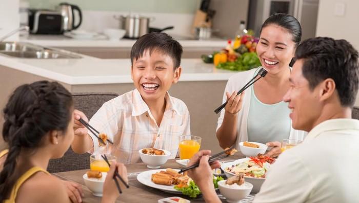 Ilustrasi makan keluarga