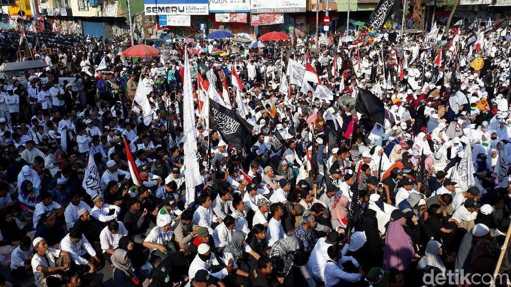 Felix Siauw Ikut Aksi Bentangkan 1,5 KM Kain Kalimat Tauhid di Solo