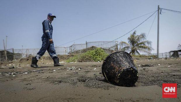 Pasir yang tercemar tumpahan minyak mentah (Oil Spill) di pesisir Pantai Samudra Jaya, Karawang.
