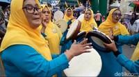 Tarian hadrat mulai dari halaman Masjid Raya Al Fatah Ambon, dilanjutkan ke jalan Sulltan Babullah kemudian peserta menuju jalan Yos Sudarso, lanjUt ke Jalan Sam Ratulangi dan Jalan AY. (Muslimin Abbas/detikcom)
