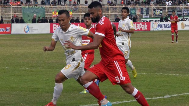 Perseru Badak Lampung (kanan) dipastikan terdegradasi dari Liga 1 2019. (