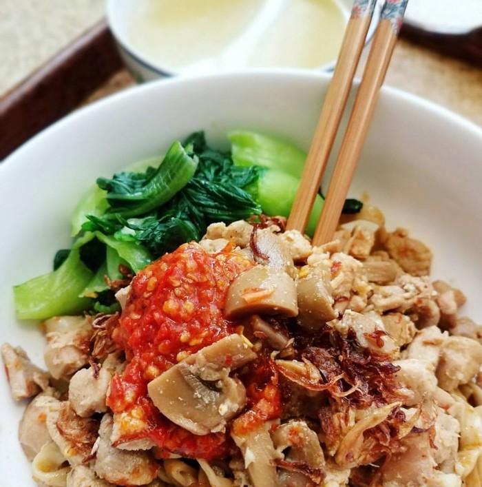 Uh, siapa yang ngga ngiler? Mie yang ditutupi daging ayam dan jamur berbumbu cabai ditambah bokchoy dan kaldu hangat. Ayo makan! Foto : Instagram @fiery.chef