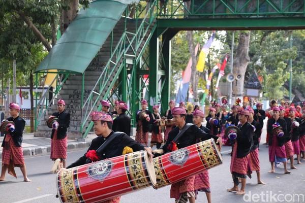 Karnaval budaya sebagai momentum untuk menunjukan NTB sangat indah dan nyaman untuk dikunjungi. Inilah atraksi Gendang Beleq (Harianto Nukman/detikcom)