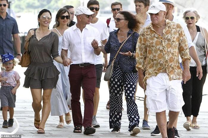 Jeff Bezos dan Lauren Sanchez. Foto: Daily Mail