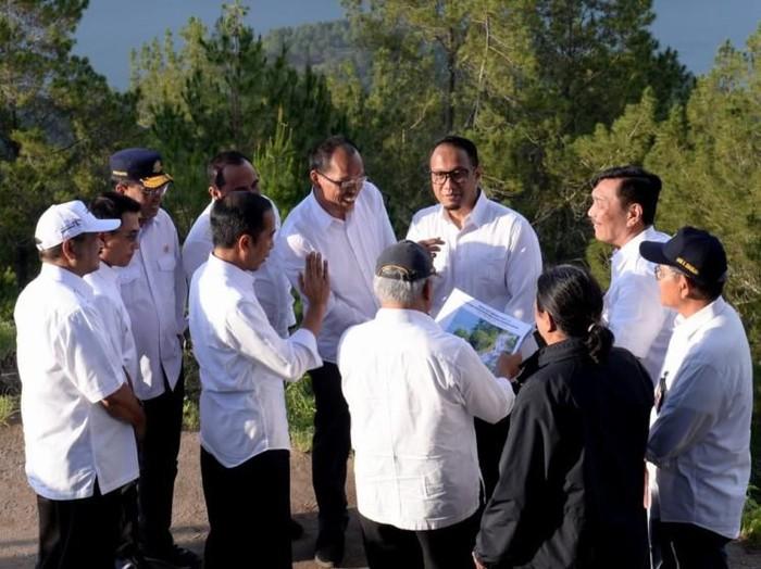 Presiden Jokowi saat meninjau kawasan wisata Danau Toba. (Foto: Biro Pers Setpres)
