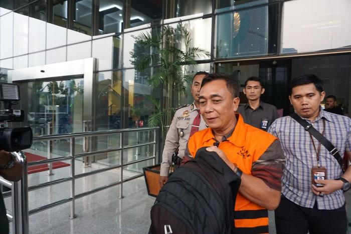 Tersangka kasus dugaan suap eks jaksa di Bengkulu. (Ibnu Munsir/detikcom)