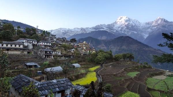 Desa di wilayah Himalaya di Nepal, Ghandruk (juga dikenal sebagai Desa Batu) terletak lebih dari 2.000 meter di atas permukaan laut. Akses ke sini hanya bisa dengan berjalan kaki (CNN)