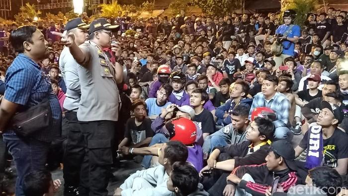 Kapolres Kediri Kota bernegosiasi agar Persikmania bisa membubarkan diri (Foto: Andhika Dwi Saputra)
