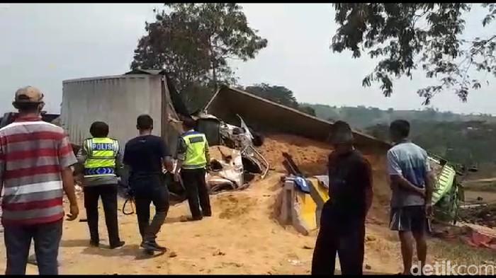 Kecelakaan maut di Tol Cipularang atau tepatnya Km 91, Kabupaten Purwakarta, Jawa Barat. (Dian Firmansyah/detikcom)