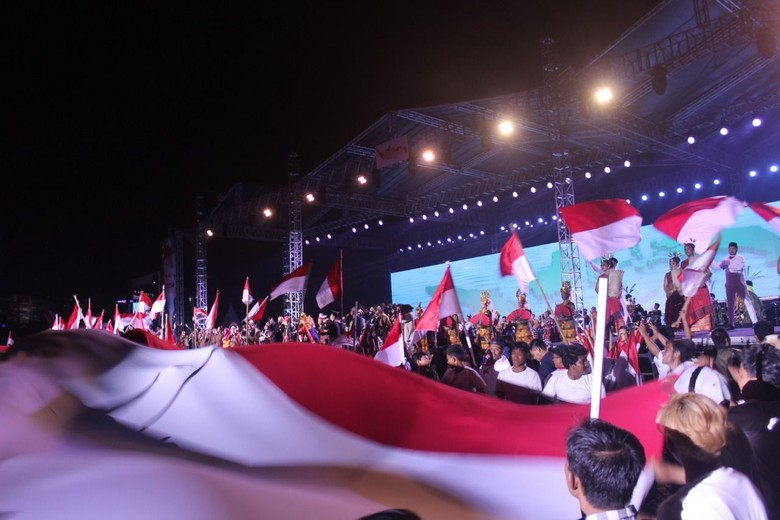 Bendera Merah Putih 60 Meter Selimuti Penonton Merajut Nusantara