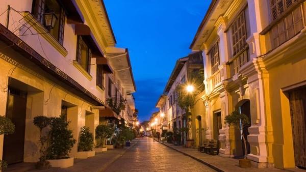 Salah satu tempat terbaik untuk melihat arsitektur era kolonial Spanyol di Asia adalah Kota Vigan. Lokasinya ada di pantai barat Pulau Luzon, barat laut Filipina (CNN)