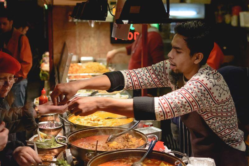Pertama, ada London. Dengan lebih dari 1 juta Muslim, di ibu kota Inggris ini makanan halal dapat ditemukan di hampir setiap sudut jalan, termasuk Liman Restaurant yang terkenal dengan masakan Arabnya, hingga Stax Diner di Carnaby Street. (iStock)