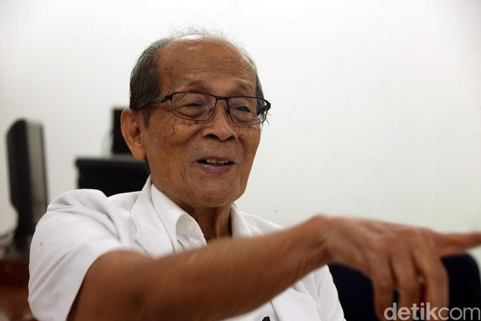 dr. Drh. Mangku Sitepoe, kakek berusia 84 tahun ini mengabdikan diri untuk menolong masyarakat berpenghasilan rendah dengan memberikan pelayanan kesehatan dan rela dibayar hanya Rp 10 ribu. (Foto: Rengga Sancaya/Teks: Michelle Natasya)