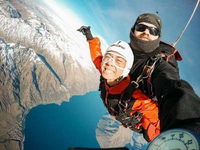 Mengerikan, Para Skydiver Ini Hampir Bertabrakan dengan Jet Tempur