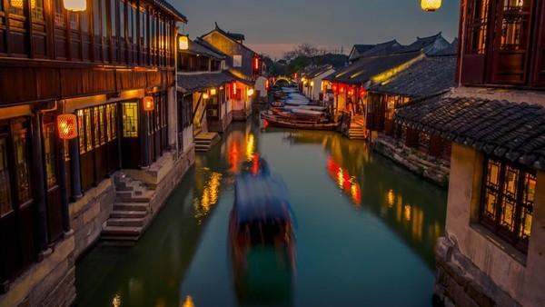 Zhouzhuang dikatakan sebagai yang tertua di China. Dibangun lebih dari 900 tahun yang lalu selama Dinasti Ming dan Qing, kota sungai yang indah ini terasa seperti museum hidup (CNN)
