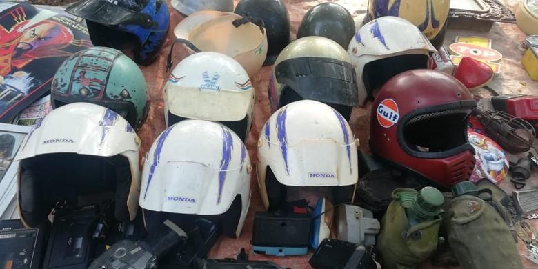 Helm jadul hadiah diler. Foto: Rizki Pratama