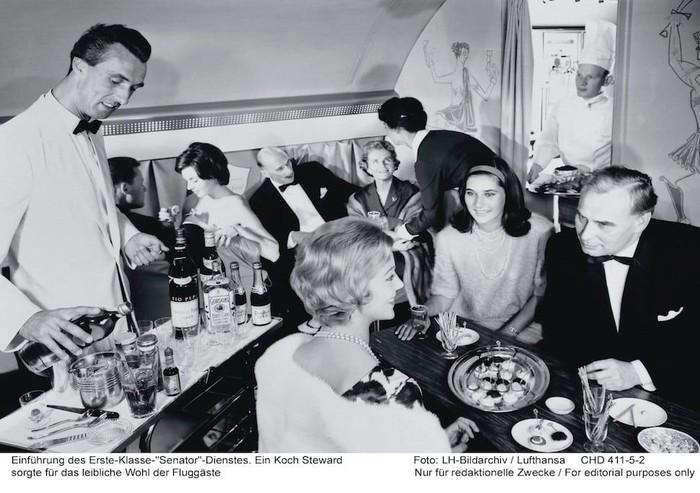 Pada tahun 1950an, banyak maskapai penerbangan yang berlomba-lomba untuk memberikan pelayanan terbaik. Salah satu Lufthansa, yang menawarkan berbagai makanan mewah untuk penumpang kelas pertama. Foto: Istimewa