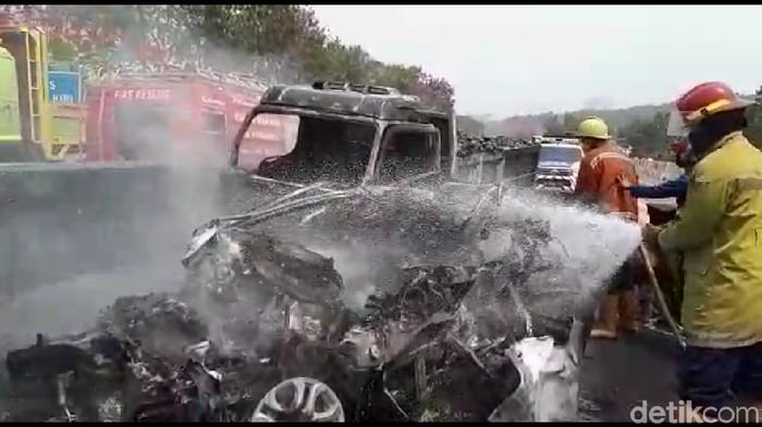 Petugas memadamkan api dari kendaraan yang kecelakaan di tol Cipularang. (Foto: Dian Firmansyah)
