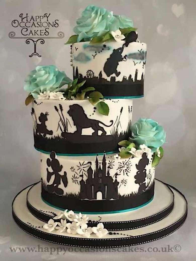 Kue pengantin bertingkat tiga ini dibuat bertema Disney dengan siluet beberapa karakter di kartun Disney. Setiap tingkatannya juga dibuat unik, miring seperti mau jauh tetapi tidak mengurangi estetikanya. Foto: Istimewa