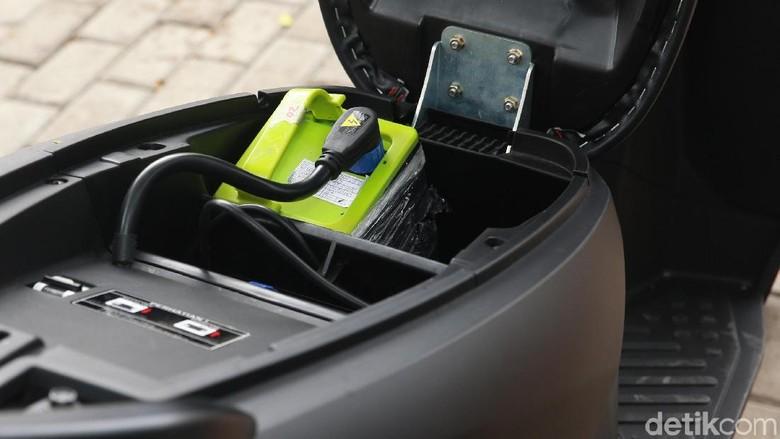 Baterai motor listrik Gesits berbobot sekitar 6-7 kg, bisa dicopot dari bodi motor dan dicas di tempat lainFoto: Ari Saputra