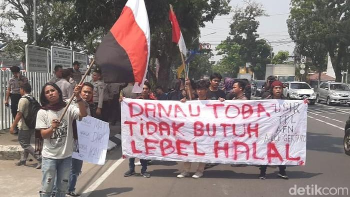 Mahasiswa Pecinta Danau Toba menggelar aksi tolak wisata halal.