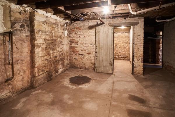 Ruangan bawah tanah yang kabarnya, anjing peliharaan Aaron saja tidak berani masuk ke sini (Airbnb)
