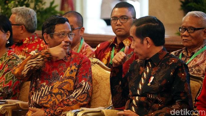Presiden Joko Widodo meresmikan pembukaan Konferensi Hukum Tata Negara VI Tahun 2019 di Istana Negara, Jakarta, Senin (02/09/2019). Dalam kesempatan itu, Presiden Jokowi duduk berdampingan dengan Ketua Umum Asosiasi Pengajar Hukum Tata Negara dan Hukum Administrasi Negara (APHTN-HAN) Mahfud MD.