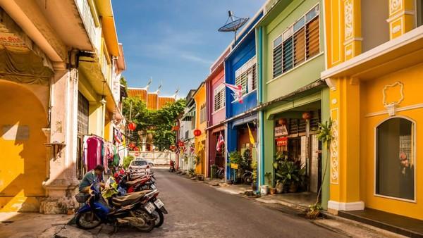 Meski yang paling terkenal adalah pantainya, Phuket di Thailand punya segudang budaya. Kawasan kota tua bersejarahnya terletak di tengah pulau (CNN)