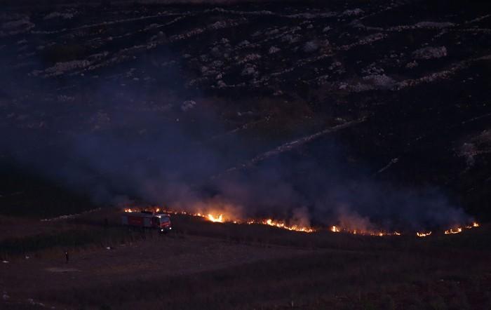Damkar memadamkan api di Desa Maroun Al-Ras dekat perbatasan dengan Israel di selatan Libanon (REUTERS/Ali Hashisho)