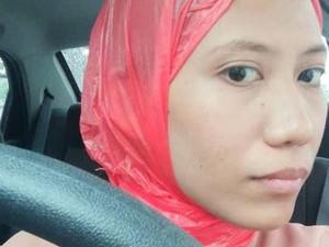 Viral! Aksi Kocak Hijabers Pakai Kantong Plastik karena Lupa Bawa Hijab