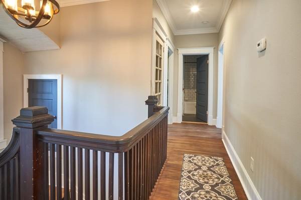 Pemilik rumah, Aaron dan Erin Clark yang membelinya di tahun 2017 mengungkapkan mereka sering kali melihat penampakan hantu di dalam rumah (Airbnb)