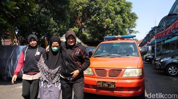 Tersangka FM (pakai masker) di Mapolrestabes Bandung. (Foto: Mochamad Solehudin/detikcom)