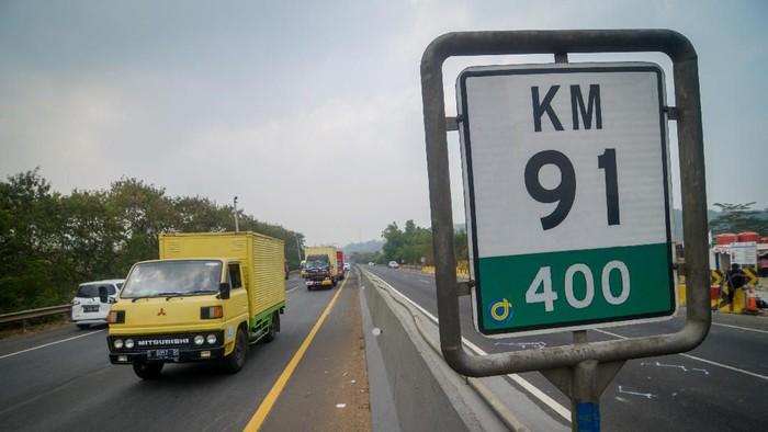 Kendaraan melintas saat pemberlakuan Contra Flow di KM 91 Tol Cipularang, Kabupaten Purwakarta, Jawa Barat, Selasa (3/9/2019). Pemberlakuan Contra Flow tersebut diberlakukan selama proses olah tkp kecelakaan beruntun di KM 91 oleh petugas berwenang. ANTARA FOTO/Raisan Al Farisi/aww.