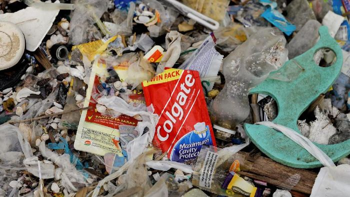 Upaya menanggulangi sampah plastik terus dicari solusinya di berbagai negara dunia. Bicara soal sampah, perkara kemiskinan pun terkait erat dengan isu tersebut.
