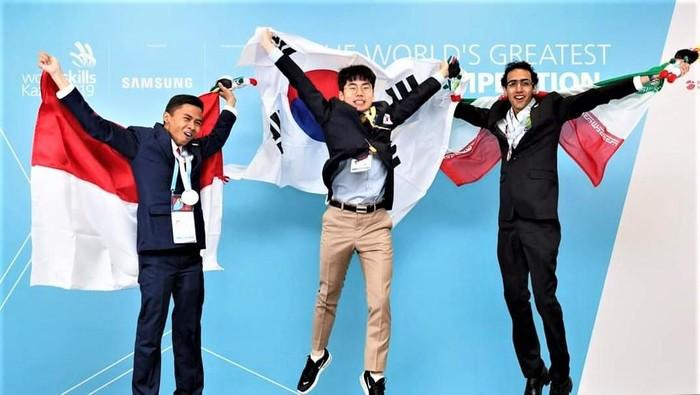 Salah satu siswa Indonesia (paling kiri) yang menjadi juara dalam kompetisi dunia ini (Dok. KBRI Moskow)