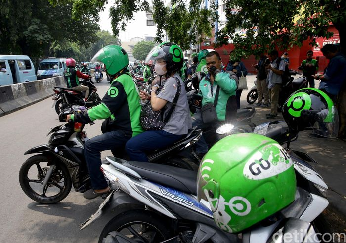 Seorang pengemudi ojek online (ojol) bersiap mengantarkan penumpang dari kawasan Tebet, Jakarta, Selasa (3/9/2019). Tarif baru ojek online (ojol) telah berlaku sejak Senin (2/9/2019) lalu.