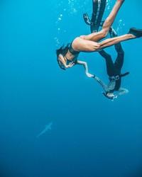 Kalau ini, saat Luana bertualang ke Hawaii dan snorkeling bareng hiu. Wah, berani juga ya dia. (Instagram/@pilotluana)