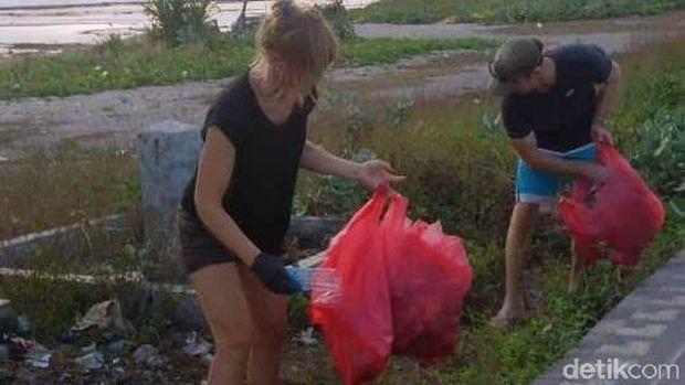 Viral, Dua Bule Bersihkan Pantai Lakey dari Sampah