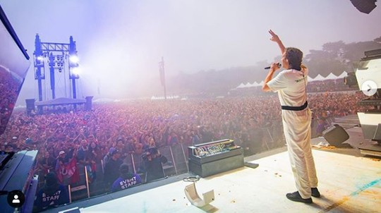 Astaga, DJ Flume Tampilkan Adegan Seks di Atas Panggung