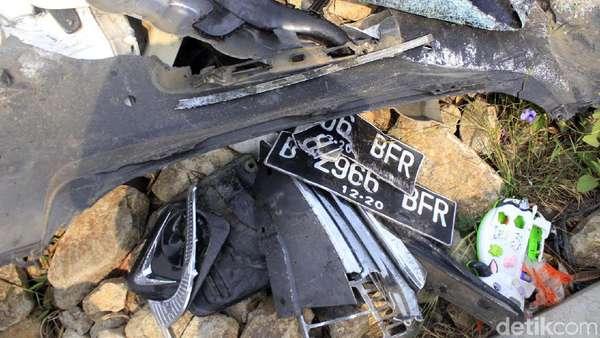 Jejak Kecelakaan di Tol Cipularang: Bekas Rem hingga Puing Mobil
