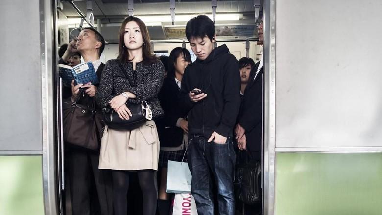 Ilustrasi penumpang kereta di Jepang (iStock)