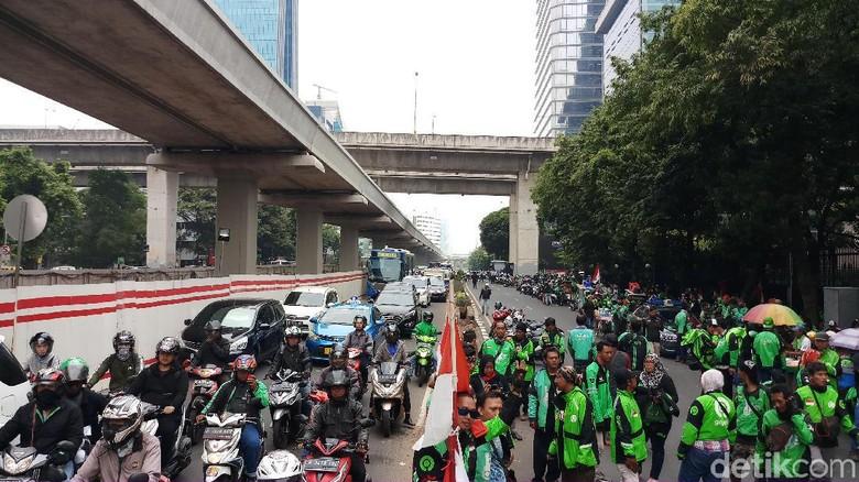 Foto: Driver Gojek berdemo di depan Kedubes Malaysia (Farih Maulana Sidik/detikcom