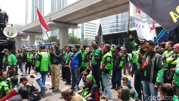 Ilustrasi. Foto: Driver Gojek berdemo di depan Kedubes Malaysia (Farih Maulana Sidik/detikcom