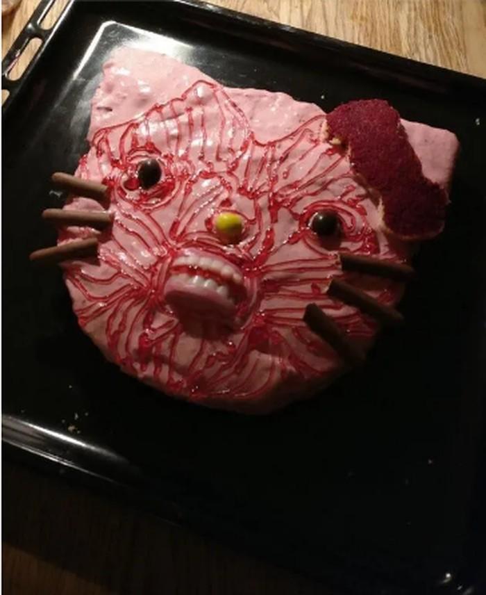Hello Kitty yang terkenal sebagai karakter kucing yang menggemaskan, kini jadi menakutkan karena dibuat dengan mulut dan gigi yang menyeramkan. Apalagi wajahnya dihias dengan coretan merah seperti darah. Foto: Istimewa